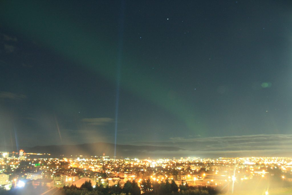 Nordlicht Jagd in Reykjavik - Nordlichtband über Reykjavik