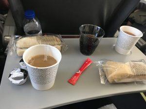TAP Portugal von Lissabon - Service mit Mahlzeit und Getränken