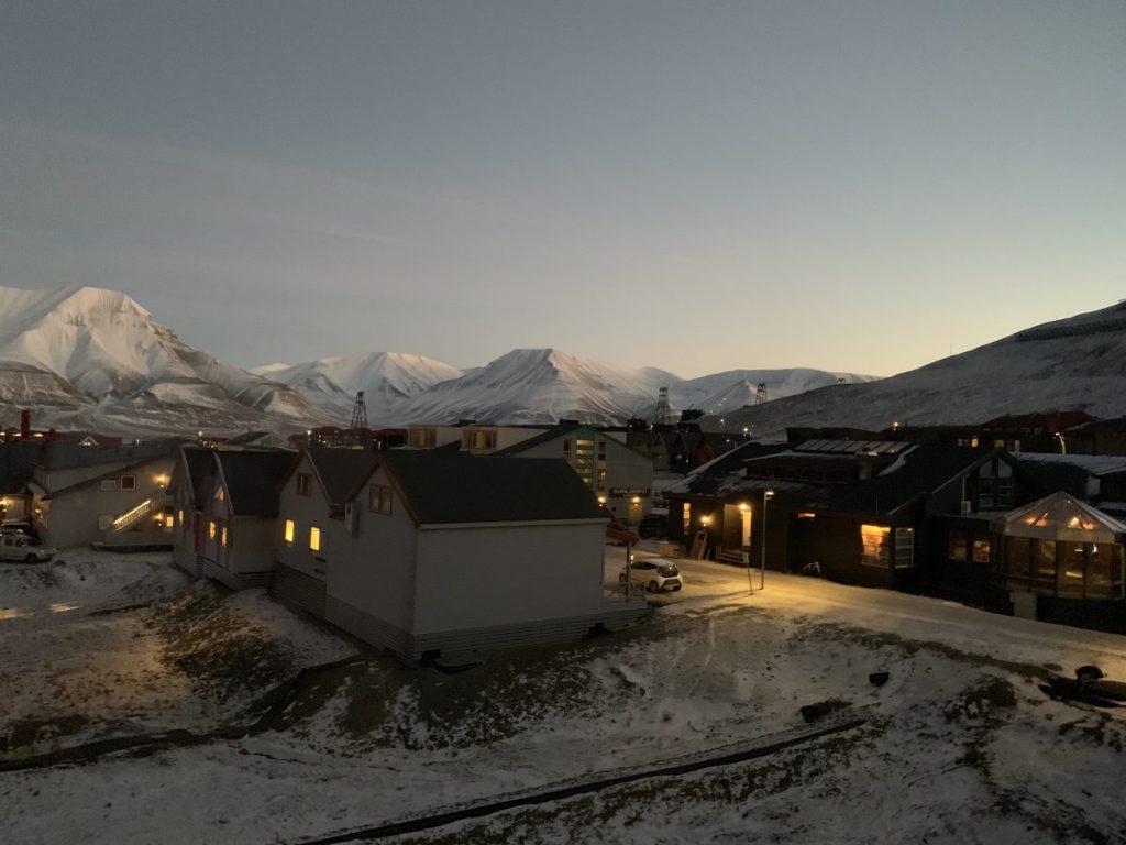 Blick Auf Longyearbyen mit dem Fjord
