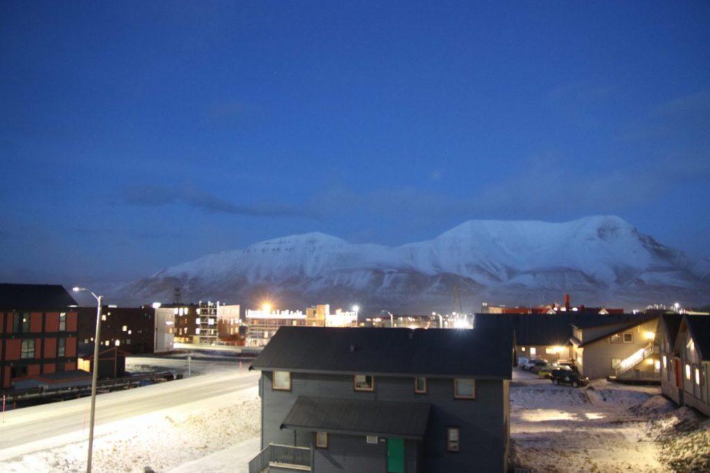 Longyearbyen mit Blick auf den Fjord