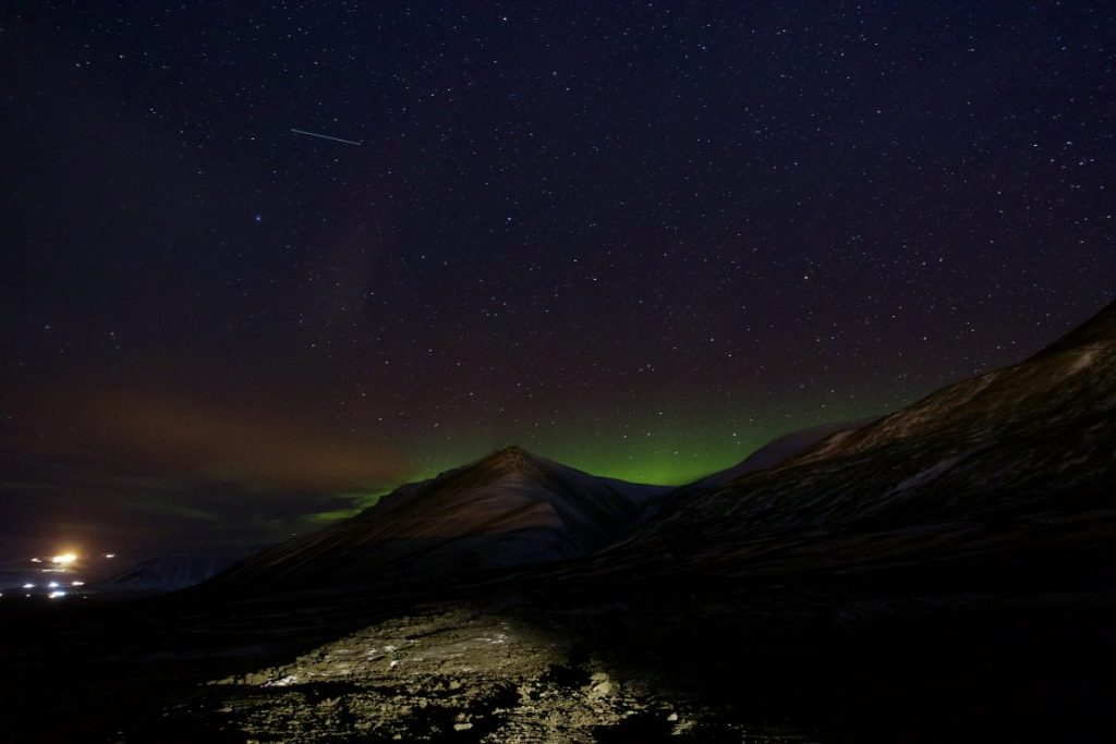 Erste Sichtung der Nordlichter in Spitzbergen am Rande von Longyearbyen.