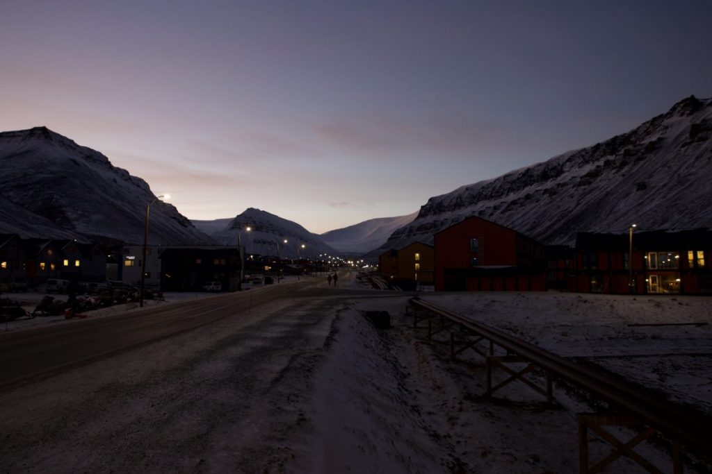Longyearbyen am Morgen in der Polarnacht.