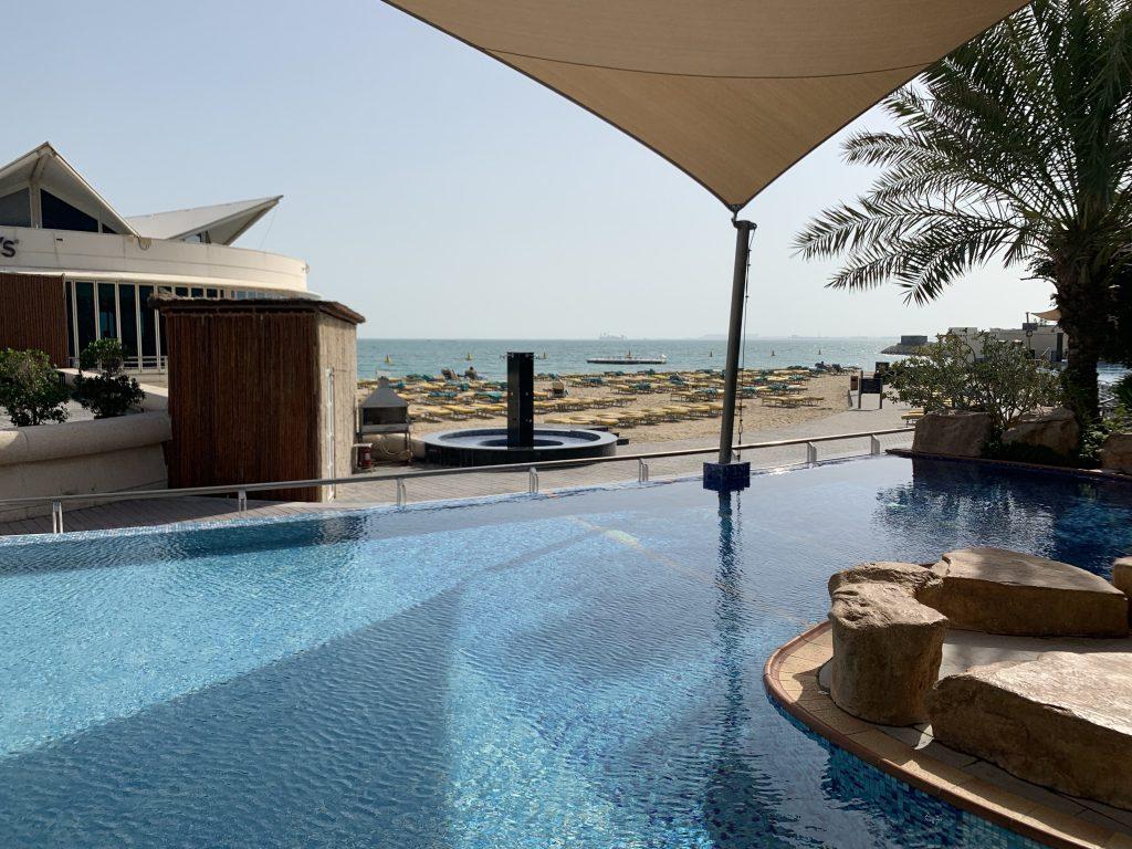 Hilton Doha - Pool und Meer